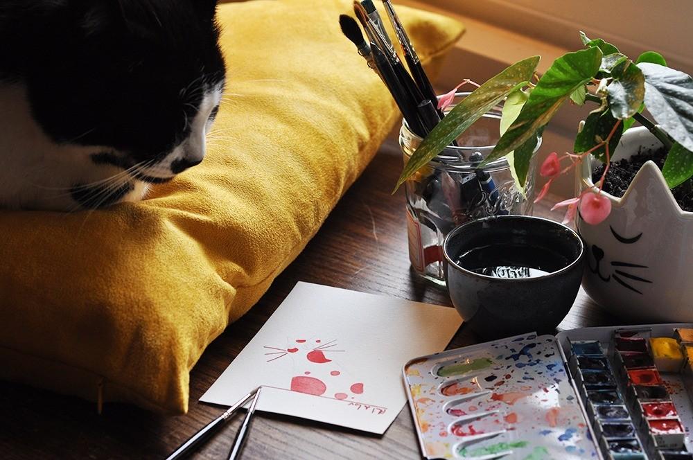 Marcel-sur-son-coussin-jaune-et-laquarelle-du-chat-a-pois-rouge.jpg